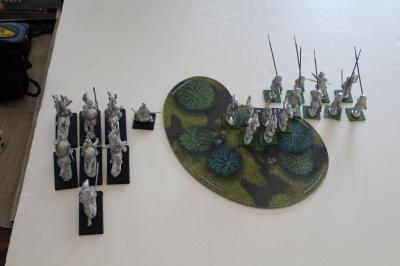 Von links nach rechts: 6 berittene Veteranen vor meinem berittenen General, ein Schwertmeister, 8 Ashigaru mit Yari (Speere) vor 6 Samurais mit Yumi (Bogen)